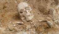 BD Meandr_lebka-archeolog3_01
